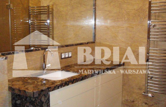 łazienka w kamieniu, żółta łazienka, okładziny ścian w łazience z marmuru, granit brazylijski, umywalka podwieszana, elegancka łazienka, nowoczesna łazienka, piękna łazienka