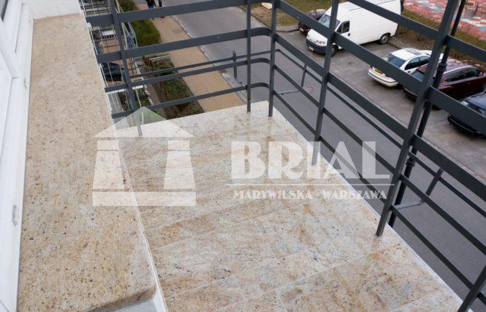 parapet granitowy, granit Kashmir Gold, posadzka granitowa na balkonie, elegancki balkon, granit indyjski, balkon w kamienicy, podłoga na balkonie w kamienicy
