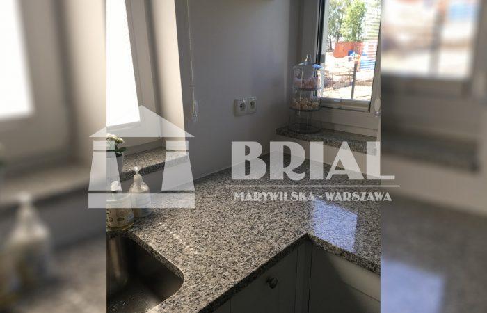 blaty granitowe Warszawa, umywalka podwieszana w kuchni, szary granit Hiszpania, blaty kuchenne Warszawa, granit w domu, praktyczny blat kuchenny