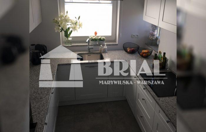 Blat kuchenny z szarego granitu, umywalka podwieszana w blacie, granit w kuchni, granit na blacie kuchennym, luksusowa kuchnia w kamieniu